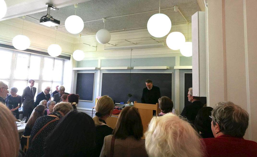 Anders Ekenberg bei seiner Ansprache in der Aula des Newman-Instituts
