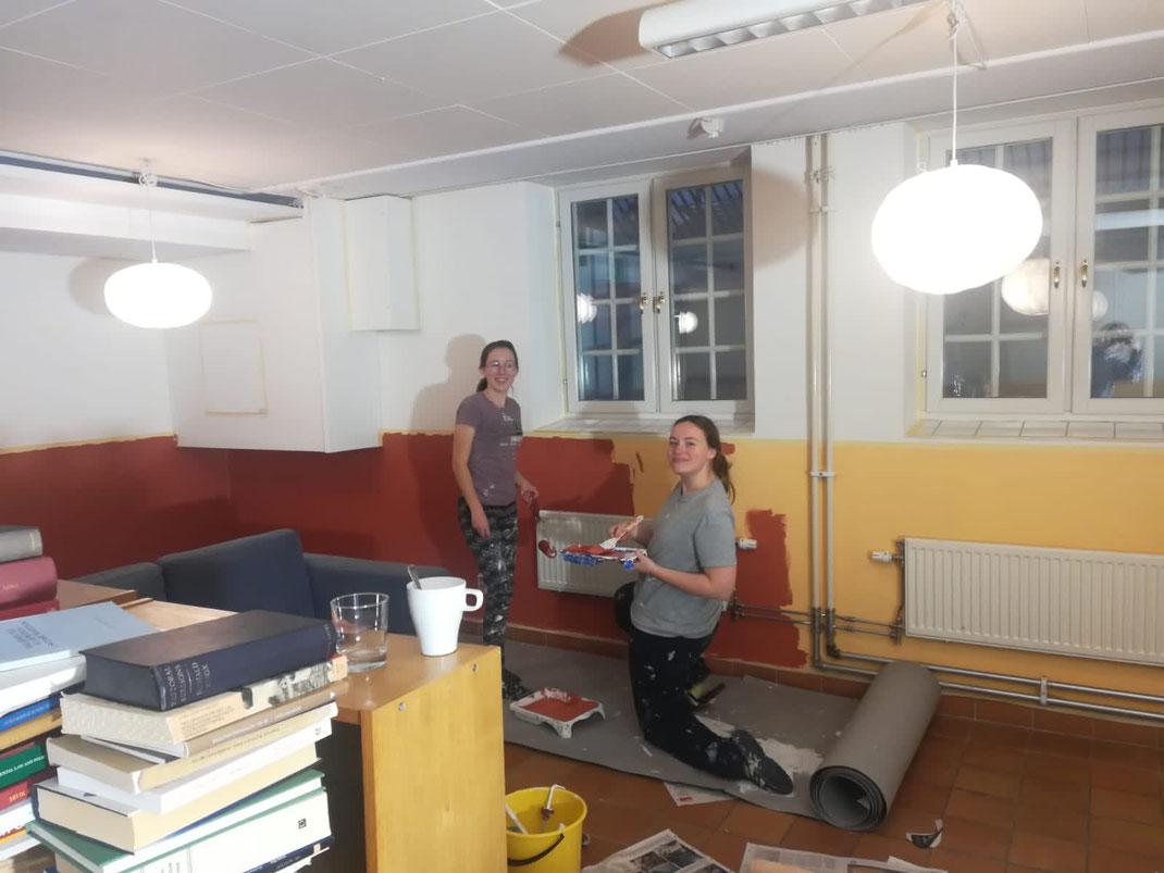 Hannah und Klara bei der Renovierung des Newmann Cafés (Foto: Ricarda)