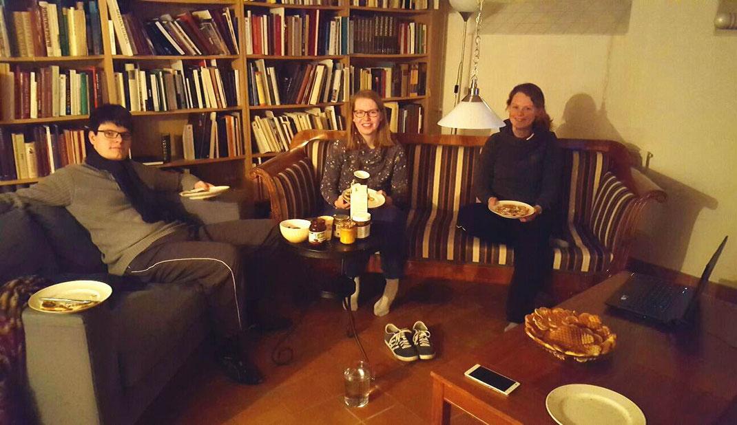 Marcel, Anne und Maris beim Filmabend mit Waffeln