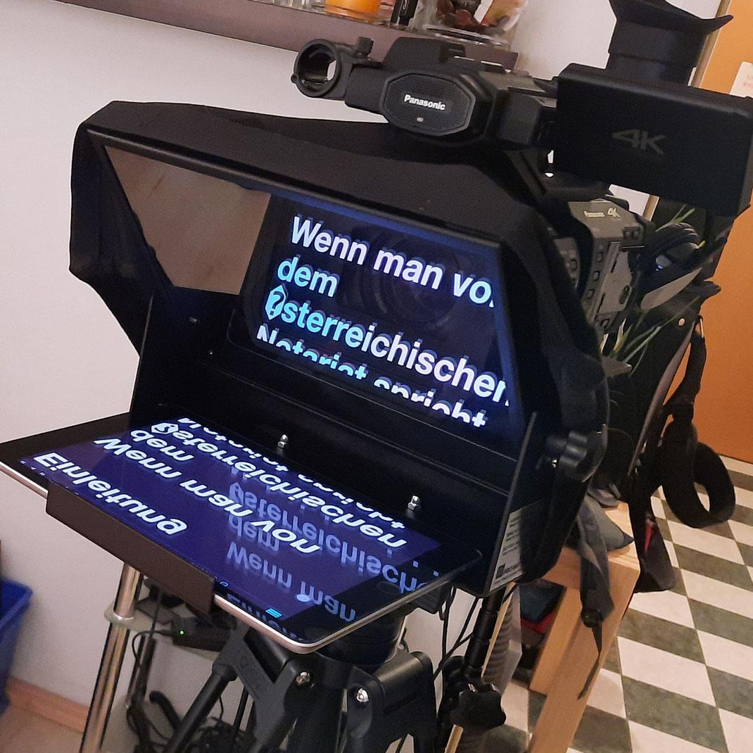 Verwendung des Teleprompters: Beim Ablesen von längeren Texten in Videos verwende ich einen Teleprompter, wodurch stets der Blick in die Kamera gewährt ist.
