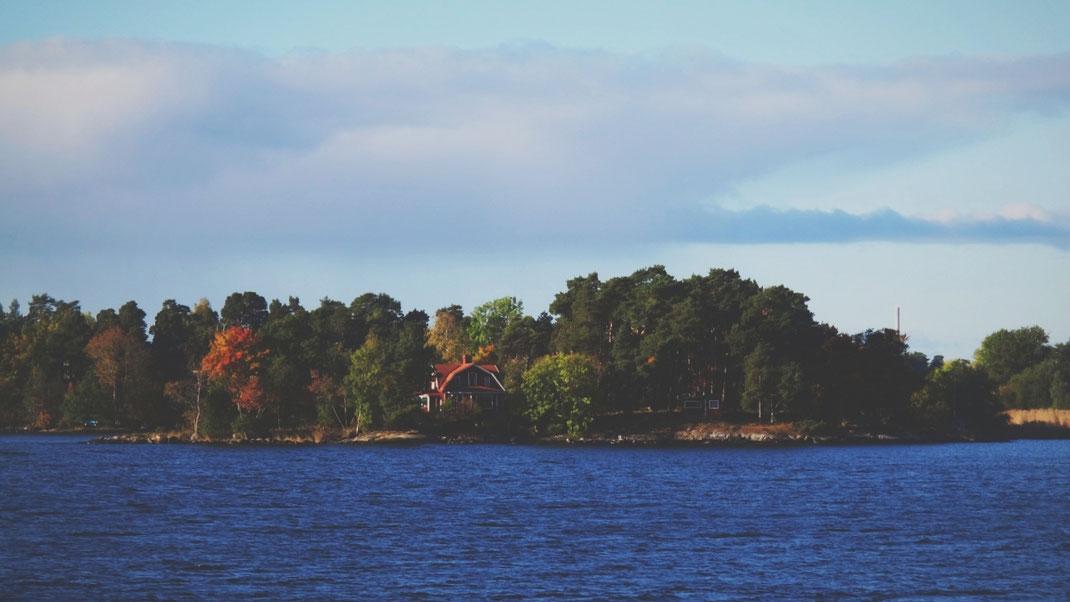 maison archipel stockholm suède bigousteppes cabane bois île ferry mer ciel bleu rouge