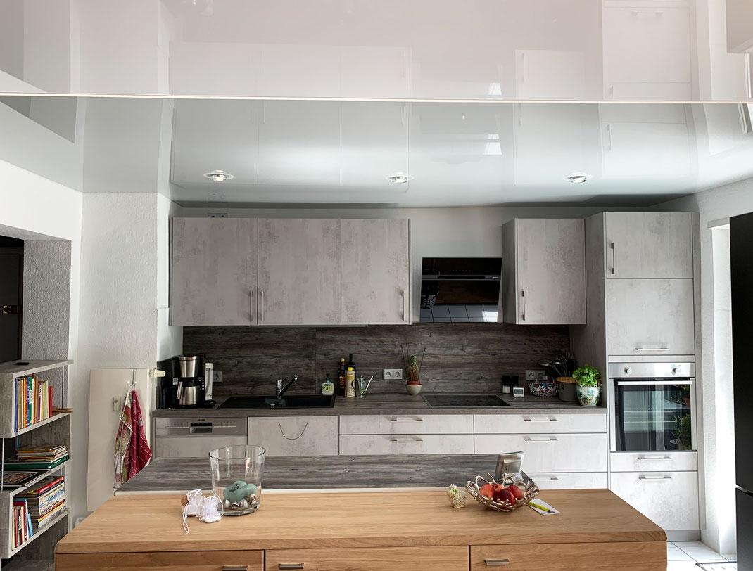 Bild Küche mit weißer und schwarzer glänzender Spanndecke sowie klassischen Einbaustrahlern aus der CILING-Produktwelt