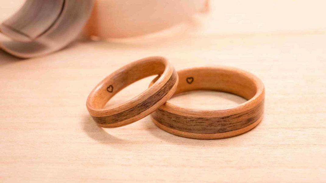 Holzring aus Kirsche, mit breitem Nussholz-Inlay, Gravur, Lasergravur, Hochzeitsring, Ehering, Verlobungsring Kunsthandwerk