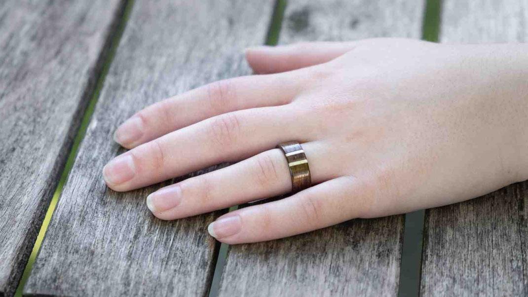 Holzring, Verlobungsring, Hochzeitsring Ehering Trauring Nuss mit Holzinlay Kunsthandwerk aus Österreich  www.holz-liebe.at/shop