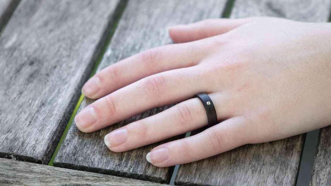 Holzring. Verlobungsring, Hochzeitsring, Partnerring aus Palisander und Swarovski Kristall www.holz-liebe.at