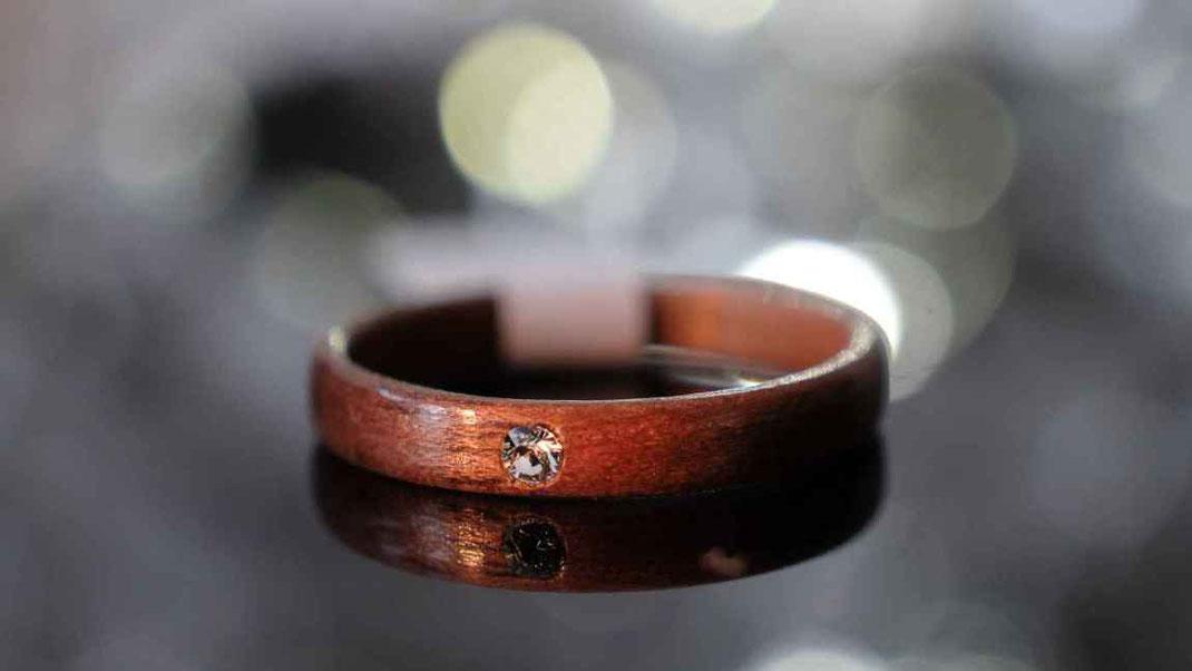Hochzeitsring Holzring. Verlobungsring, Trauring, Ehering, Mahagoni Swarovski Kristall Kunsthandwerk aus Österreich