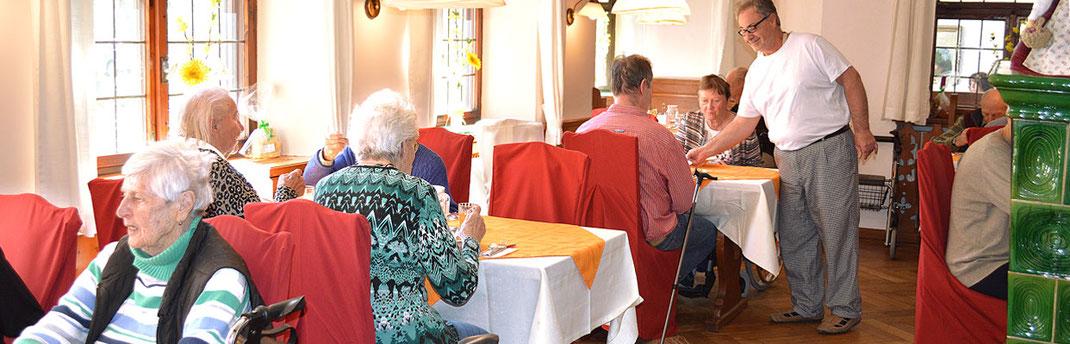 Senioren und Mitarbeiter vom Haus am Steinbach in Nußdorf