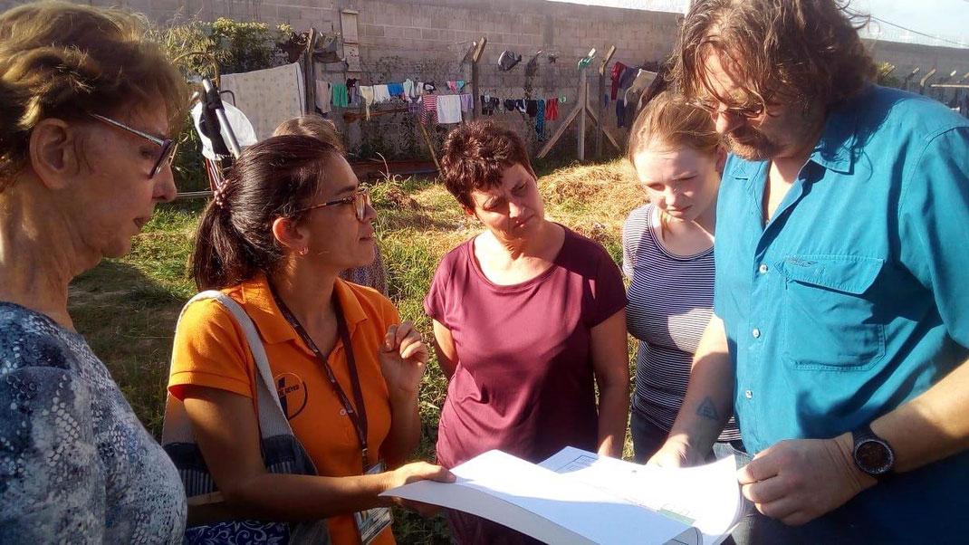 Initiator und Global-SocialNetwork-Gründer Axel Brümmer bei der Bauplanbesprechung für den Kinderspielplatz