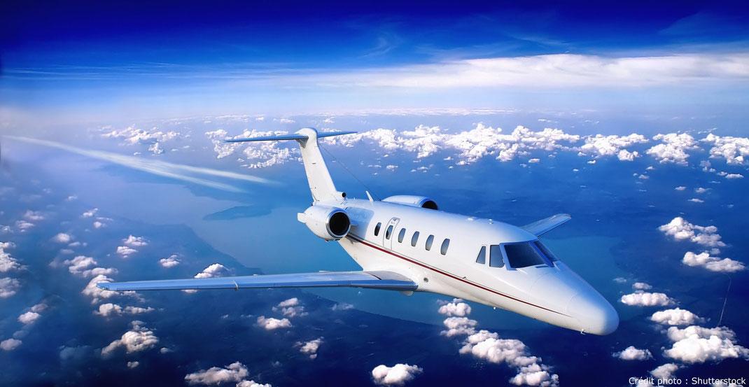 Jet privé au-dessus des nuages