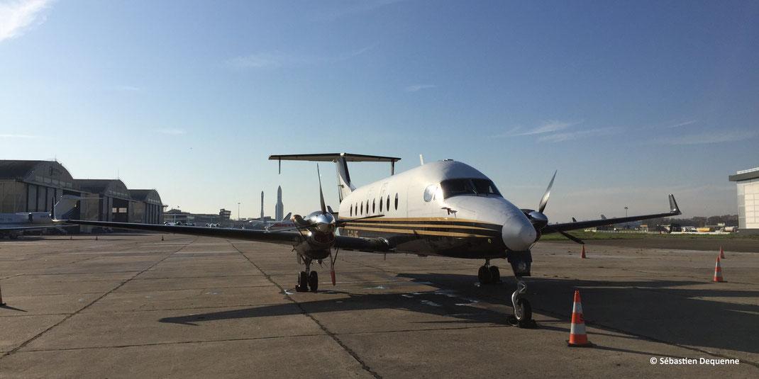Le Beechcraft 1900D quelques instants avant de décoller de l'aéroport de Paris Le Bourget.