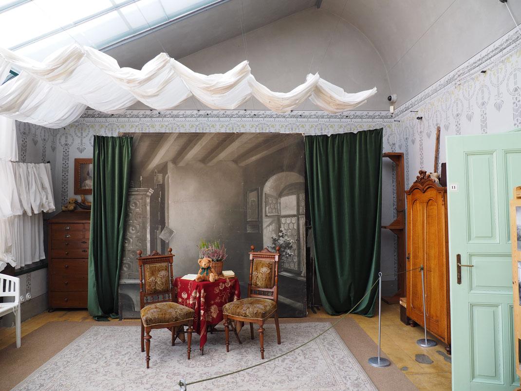 Genau so sah das Atelier aus, in dem Porträts gemacht wurden.
