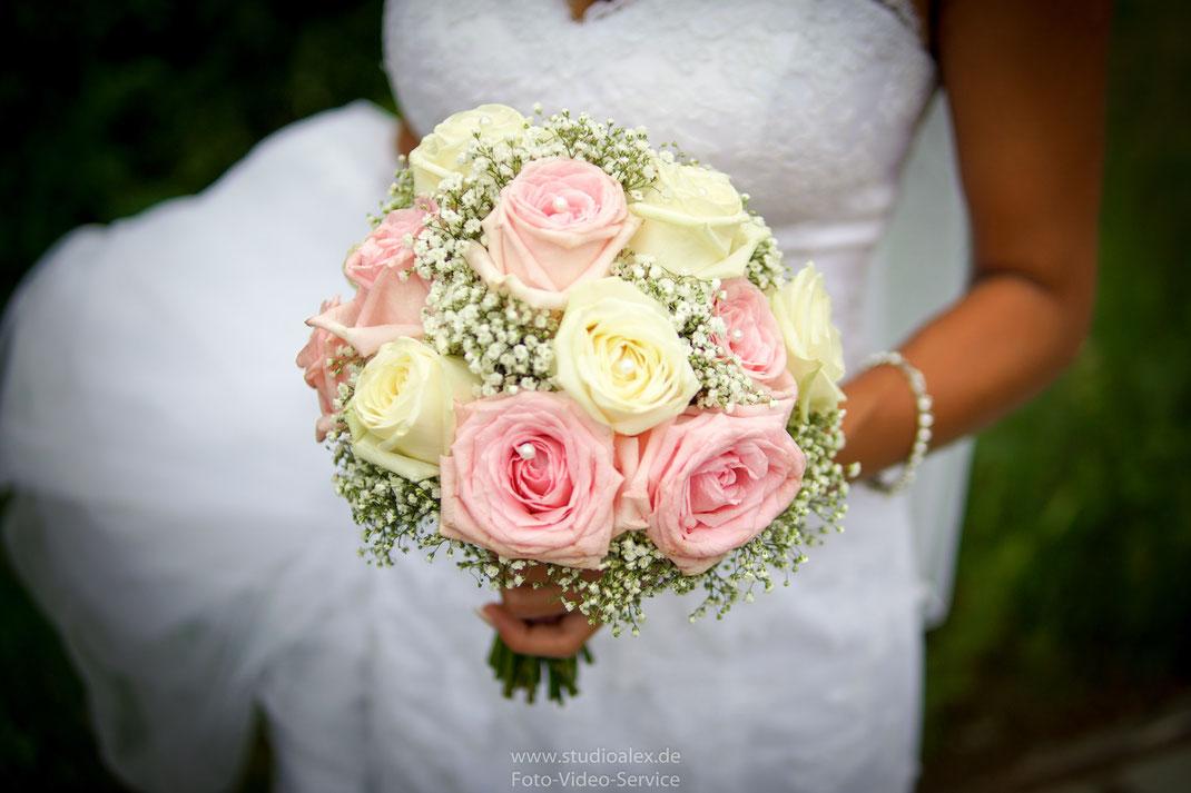 Blumenstraus aus Rosen, Ideen für ein Blumenstraus aus Rosen, Blumenstraus mir weißen Rosen, Blumenstraus mal anders.