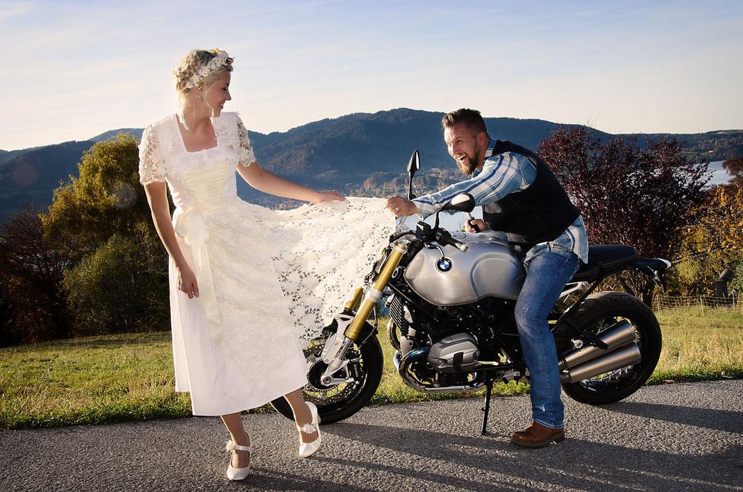 Model mit Hochzeitsdirndl und Motorrad BMW R nineT.
