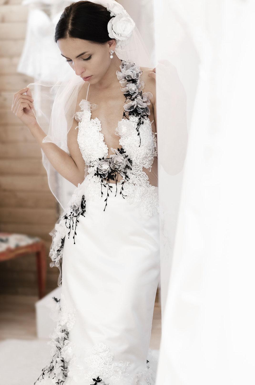 Handgefertigtes und von der Modekünstlerin Natalia Boelt entworfenes Brautkleid Whispers of Love by Tali Amoo fotografiert von Martin Boelt