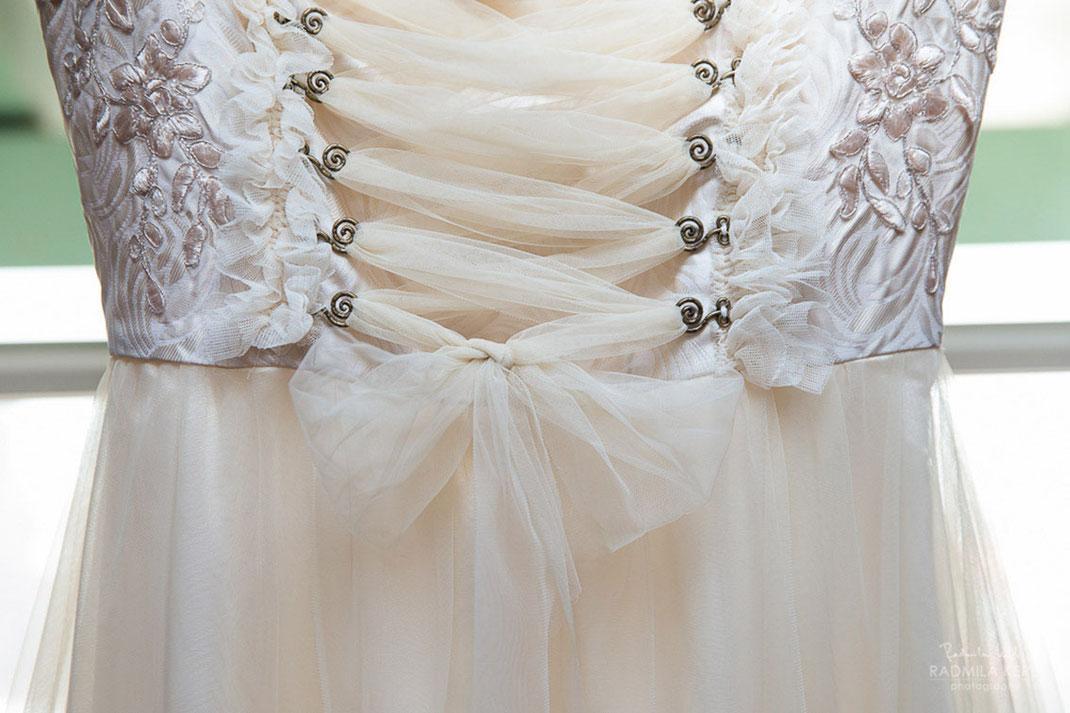 Individuell maßgefertigte Brautdirndl und Hochzeitsdirndl der Designerin Tali Amoo. Dirndleria by Tali Amoo.