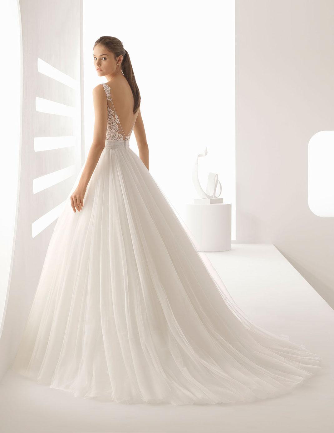Brautkleid Alejo aus der Rosa Clará Kollektion 2020. Princess-Brautkleid aus strassbesetzter Spitze und Tüll.