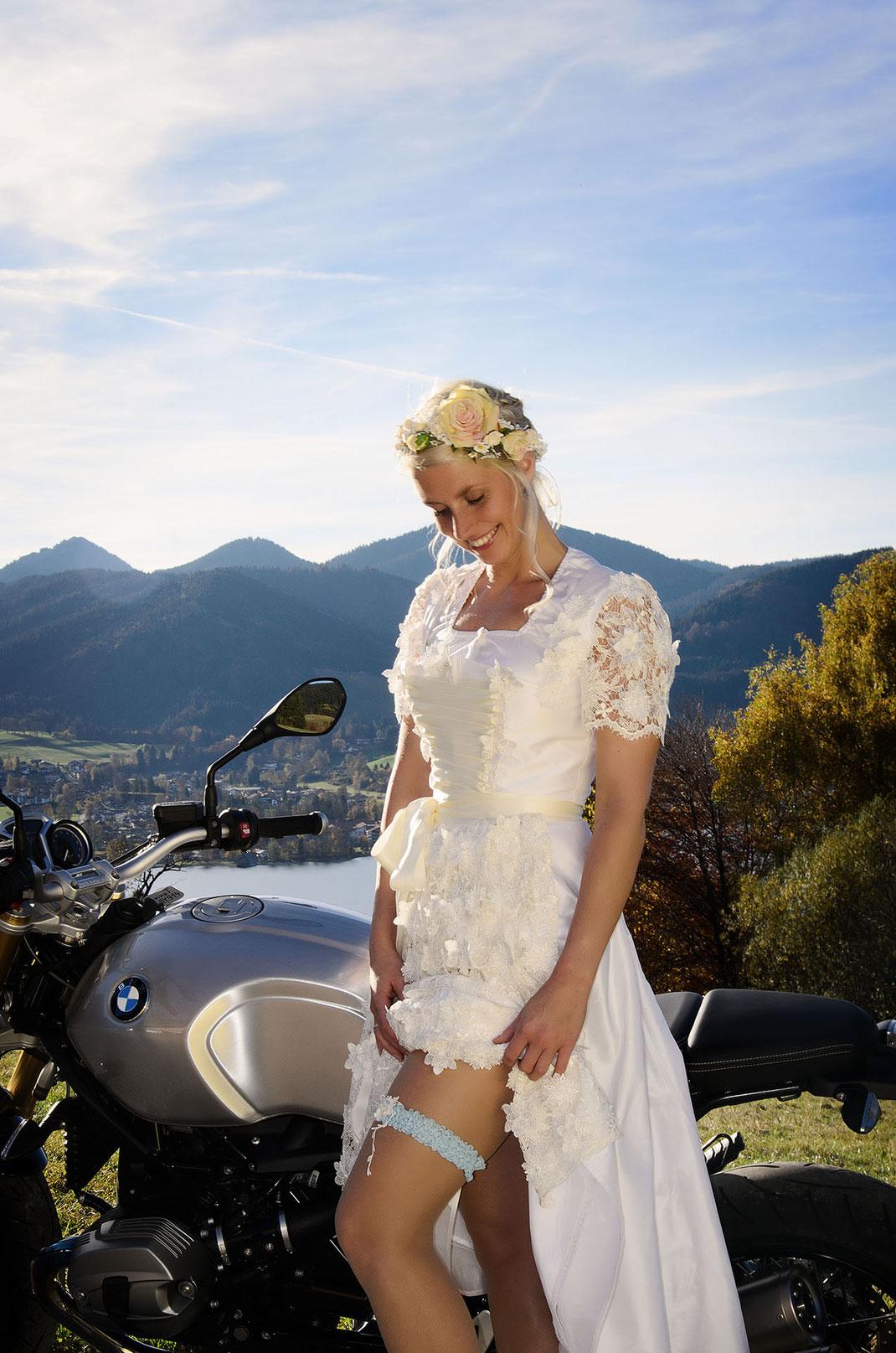 Hochzeitsdirndl und Strumpfband von Dirndleria® by Tali Amoo erhältlich bei Brautmoden Tegernsee