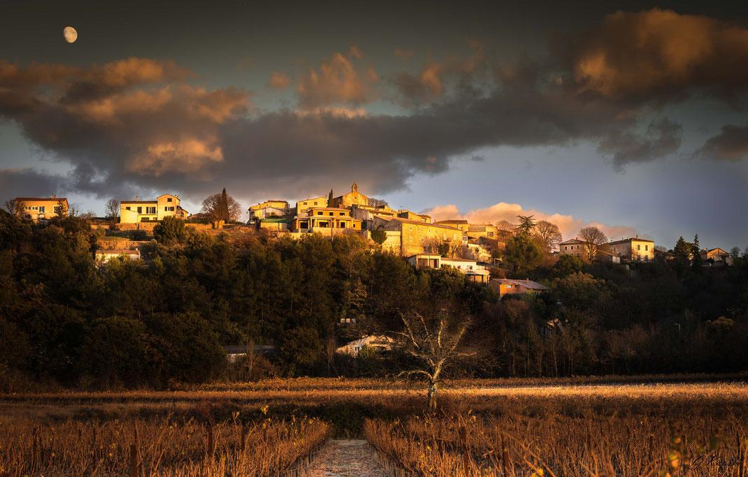 Village de Montagnac (dept 30) fin novembre 2017 - fin de journée, derniers rayons de soleil