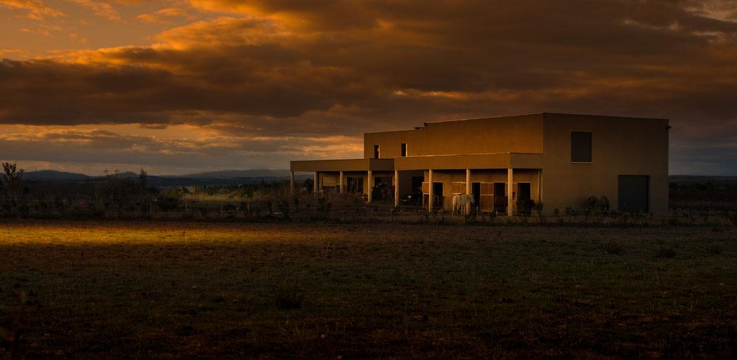 Ecurie à Générac (dept 30) fin novembre - derniers rayons de soleil sous ciel nuageux