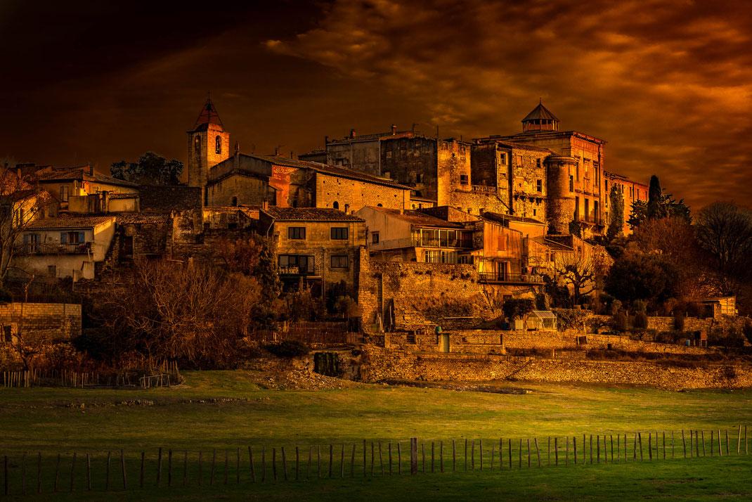 Aubais (Dept 30) -  13/01/2018 -  17:47 - Village perché avec château -  -  Nikon D750  -  Tamron SP 24-70 mm F:2,8 Di VC USD  - 100 ISO  -  1/00 s  - f/9,0  - 70 mm  - Derniers rayons de soleil - ciel chargé  - Lightroom