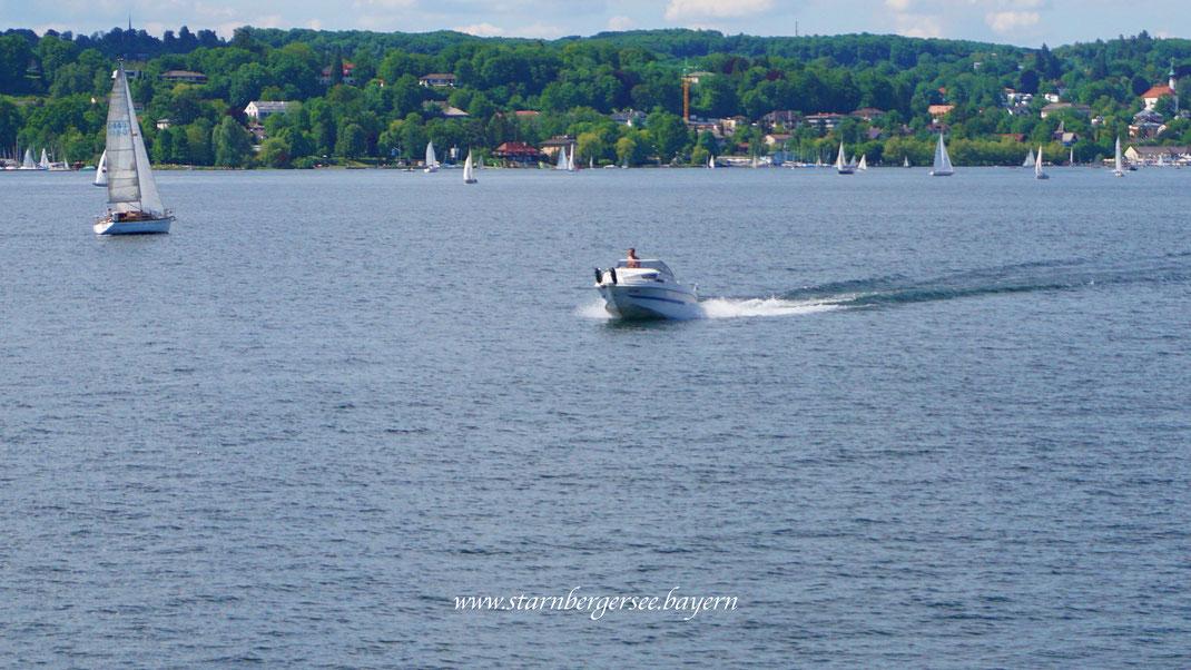 Motorboot auf dem Starnbergersee in Bayern fahren