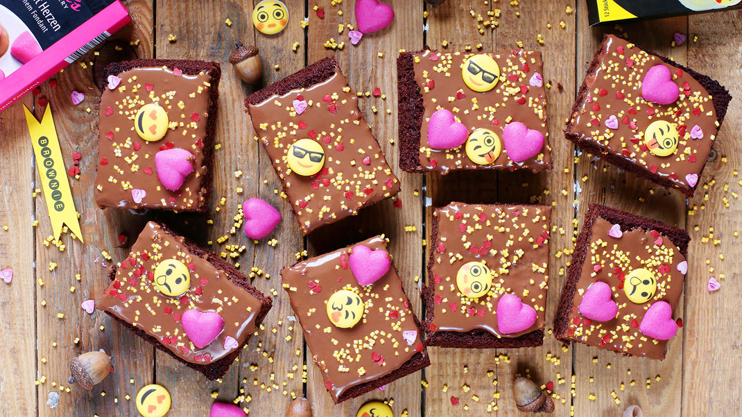 Schoko-Brownies, Schokolade, Brownies, Love, Smile, Backen, Dekorieren, Emoticons, Herz, Fondant, Richie's Bakery, Glitzer Herzen, Glitzer Cubies, Zuckerguss, Zuckerstreusel, Streudekor