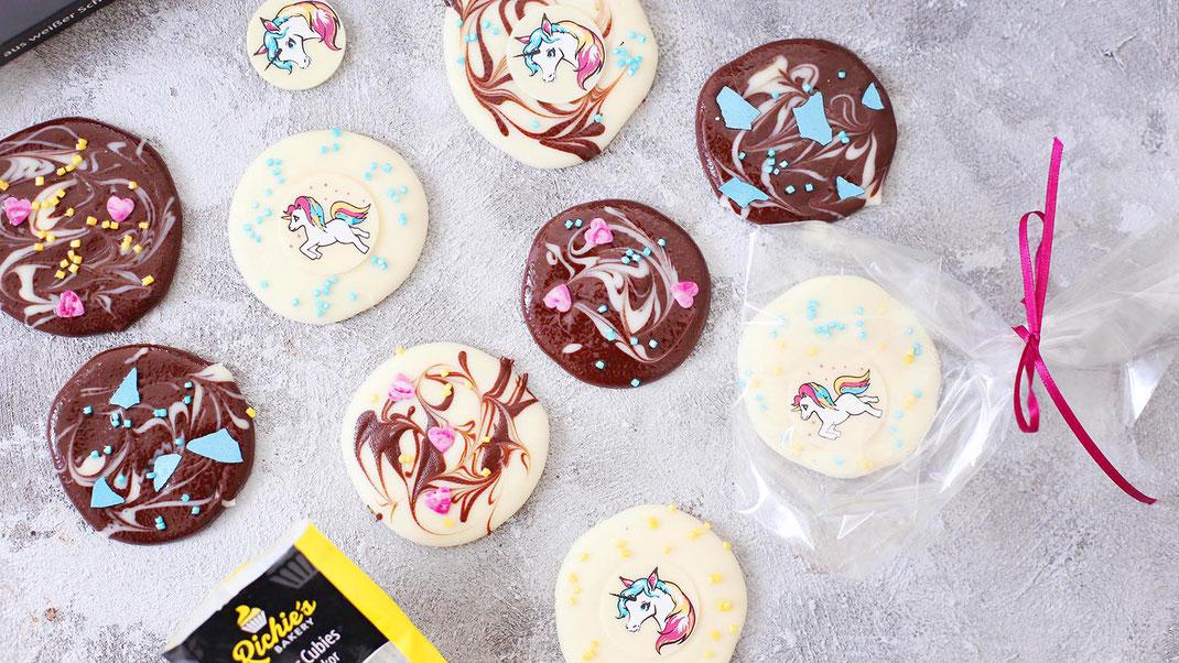 Richie's Bakery, Selbstgemachte Schokotäfelchen, Handmade, Dekor Aufleger Einhörner aus weißer Schokolade, Raspel perlglanz Blau aus Zartbitterschokolade, Streudekor Batique Herzen, Pink