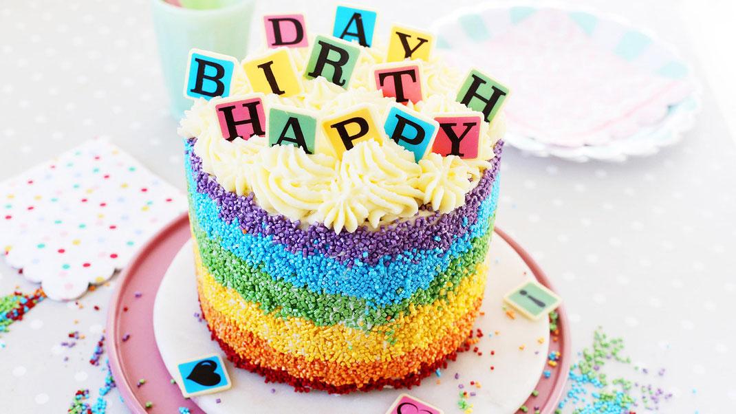 Happy birthday, Geburtstagstorte, Richie's Bakery, Backen, Dekorieren, Trend, Glitzer, Streusel, Zuckerstreusel, bunte Buchstaben, Regenbogen, weiße Schokolade, Glitzer, Metallic-Effekt, Made in Schwarzwald, Black Forest