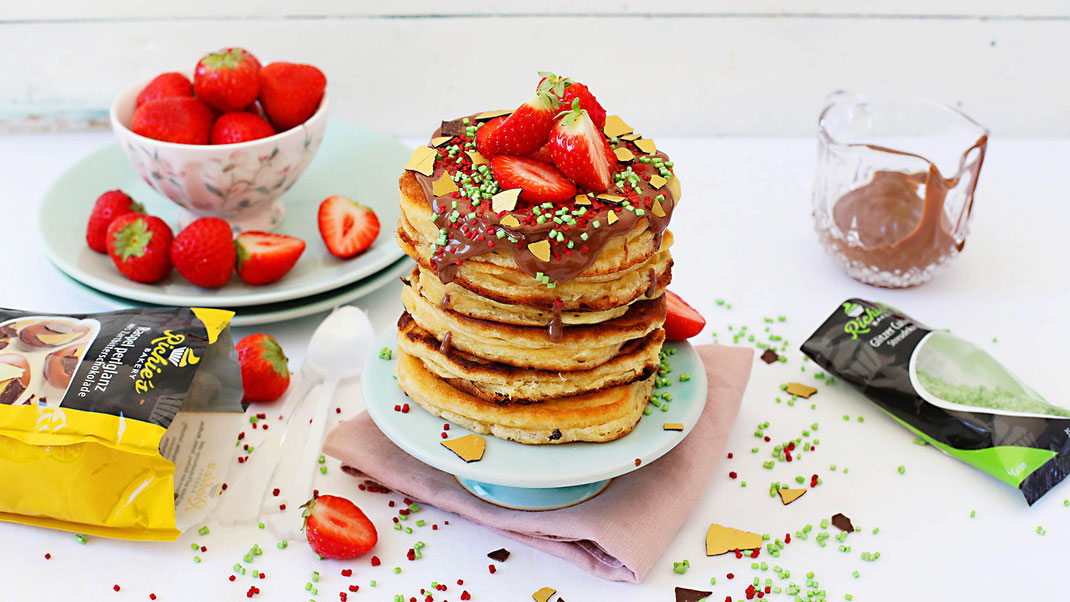 Pancakes, American Pancakes, Backen, Dekorieren, Verzieren, Schokokern, Vollmilch, Streusel, Streudekor, Glitzer Cubies, Cubies, Glitzer, Glamour, Richie's Bakery, Erdbeeren, Frühstück, Lecker, Schoko,  Schokoraspel, Gold, Perlganz