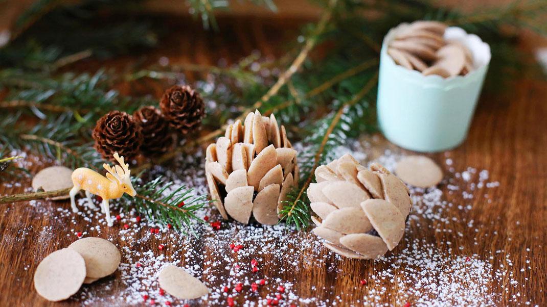 Richie's Bakery, Tannenzapfen, Winter-Deko, Schokolade mit Vanille, Backen, Dekorieren, Trend, Richie´s Bakery Glasur Chips Braun Vanilleschoten Spitzen