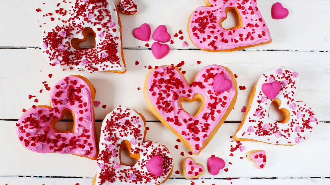 Valentinstag, Backen, Backen ist Liebe, Dekorieren, Richie's Bakery, Herzen, Fondant, Glitzer-Cubies, Cubies, kirschrote Herzen, Girrbach, All you need is love, Calw, Schwarzwald, Trend, Dekor, Glitzer, Glamour, Party, Liebe, Love, Sweet