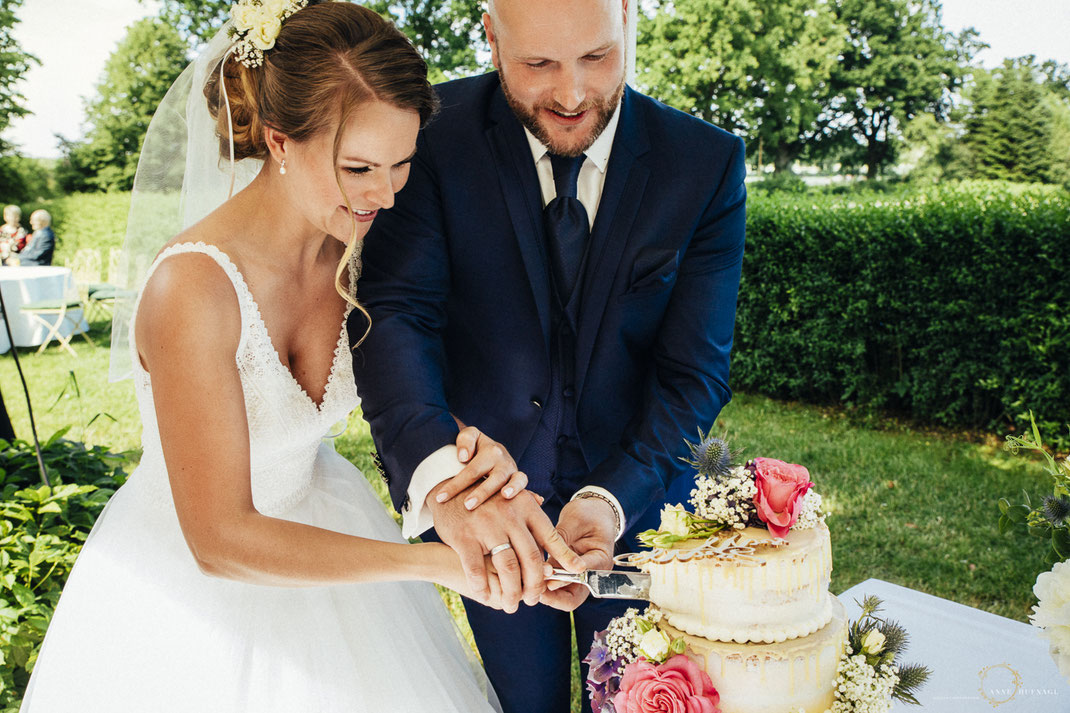 Hochzeitsreportage Fotos Hochzeitstorte anschneiden