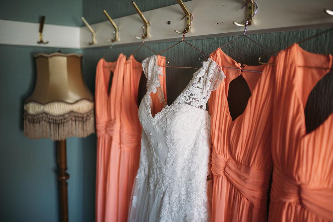 Brautkleid und Brautjungfern-Kleider
