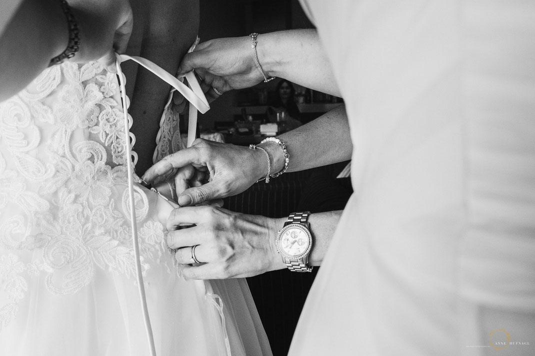 Foto Schwarzweiß Brautkleid anziehen