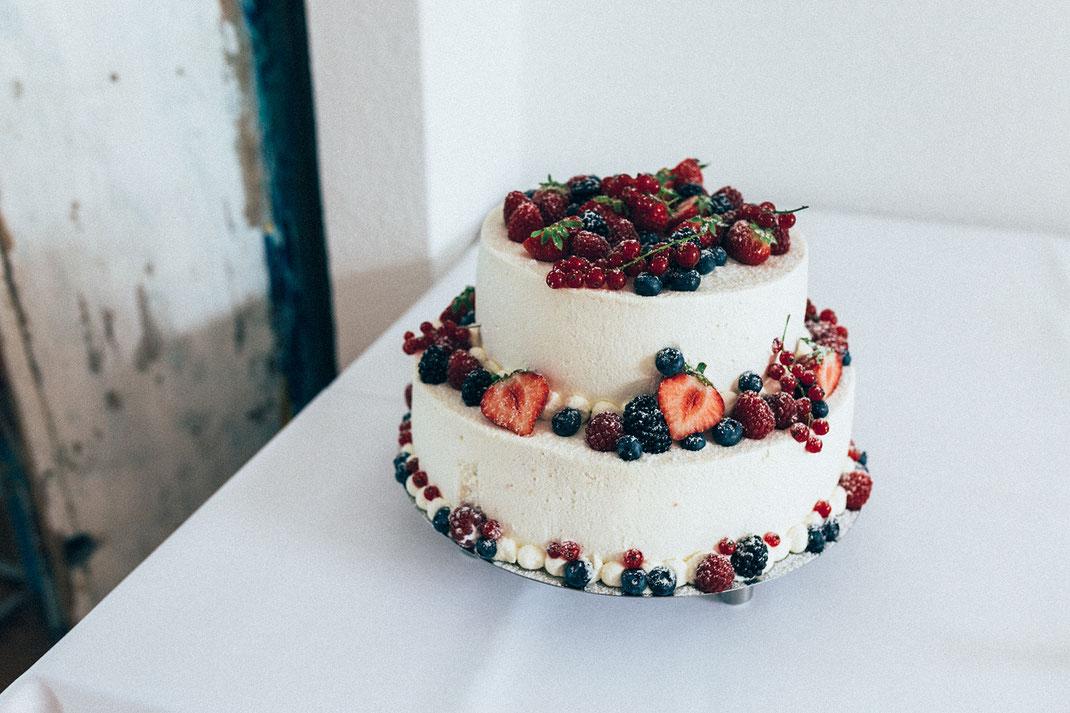 Tolle Hochzeitstorte mit Früchten und Beeren dekoriert