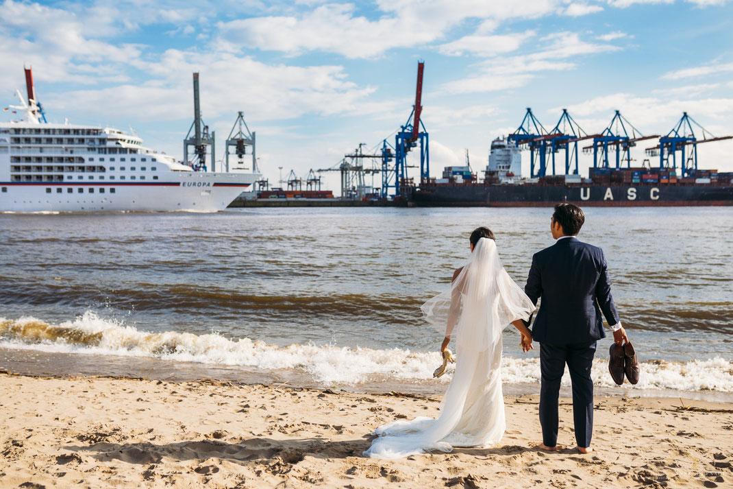 Hochzeitsfotos Hamburg Elbstrand mit Hafenkränen // Hochzeitsfotografin Anne Hufnagl, Kontakt: anne@romanticshoots.de