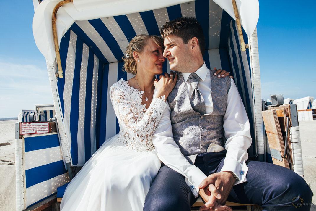 Paarfotos Strandkorb Nordsee Hochzeit / Foto: Anne Hufnagl