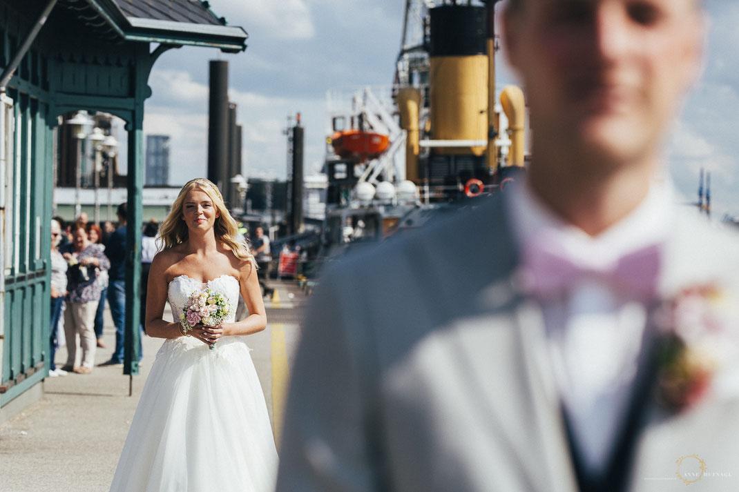 Fotos First Look Hochzeit in Hamburg am Hafen / Fotografin: Anne Hufnagl