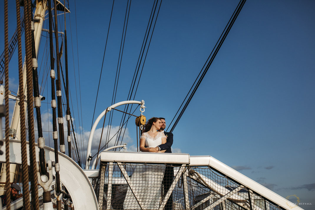 Außergewöhnliche Paarfotos in Hamburg: hier bei einer Hochzeit auf der Rickmer Rickmers