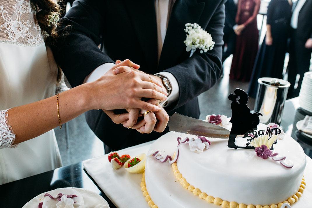 Anschneiden der Hochzeitstorte Foto