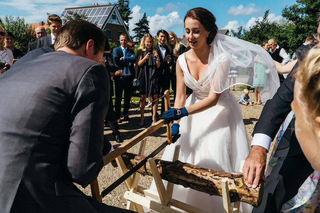 Foto Hochzeitstradition Baumstamm zersägen / Fotografin: Anne Hufnagl / www.romanticshoots.de