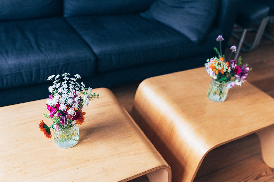 Hochzeitsdeko mit Blumensträußen