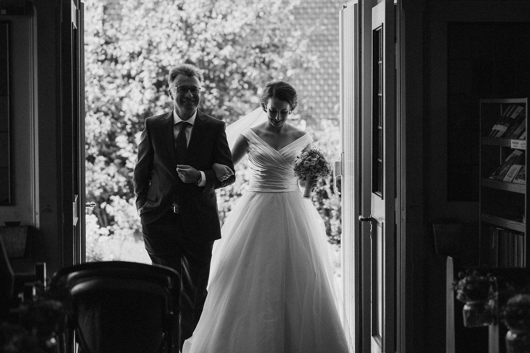 Braut und Papa kommen in die Kirche / Bride and Dad entering church during wedding in northern germany