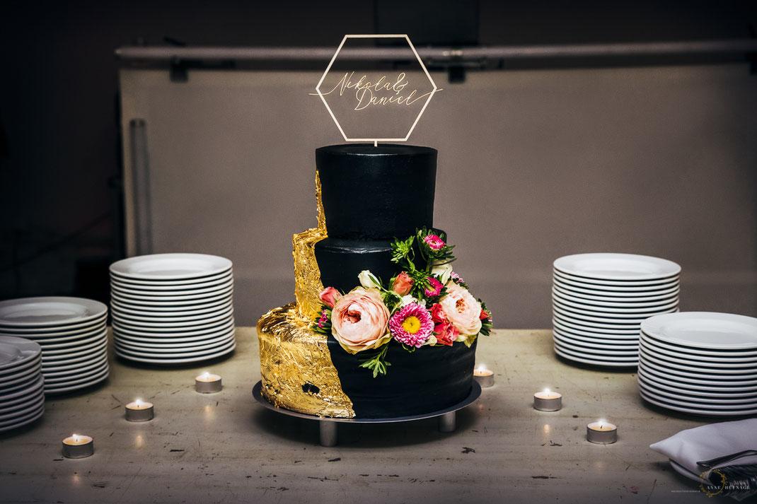 Inspiration für eine tolle, moderne Hochzeitstorte in Schwarz Gold mit Blumen // Foto: Anne Hufnagl
