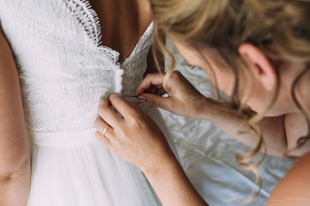 Foto Brautkleid anziehen