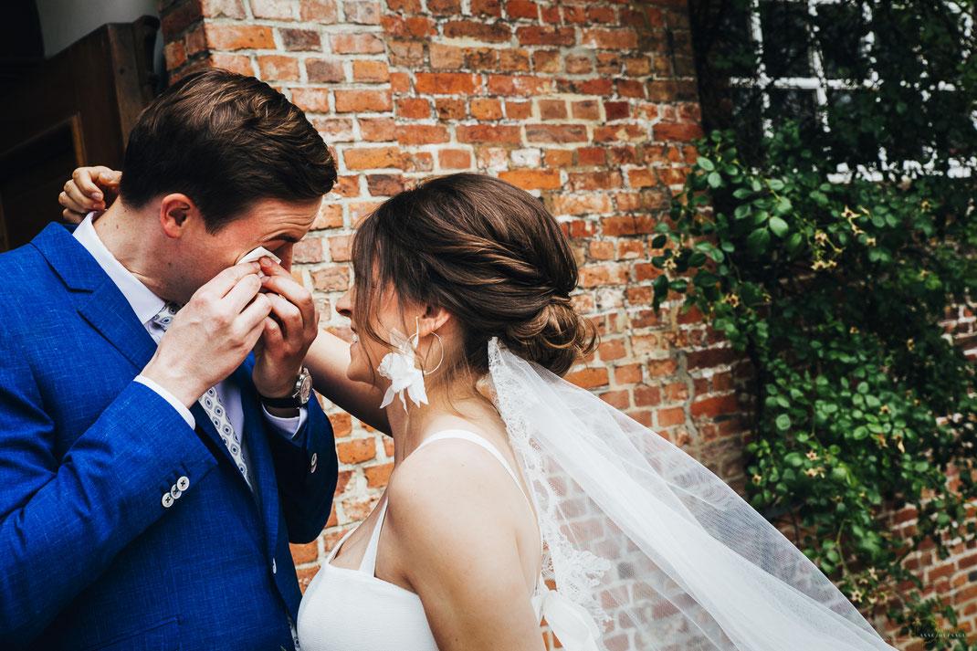 Foto Hochzeit: First Look vor der Kirche