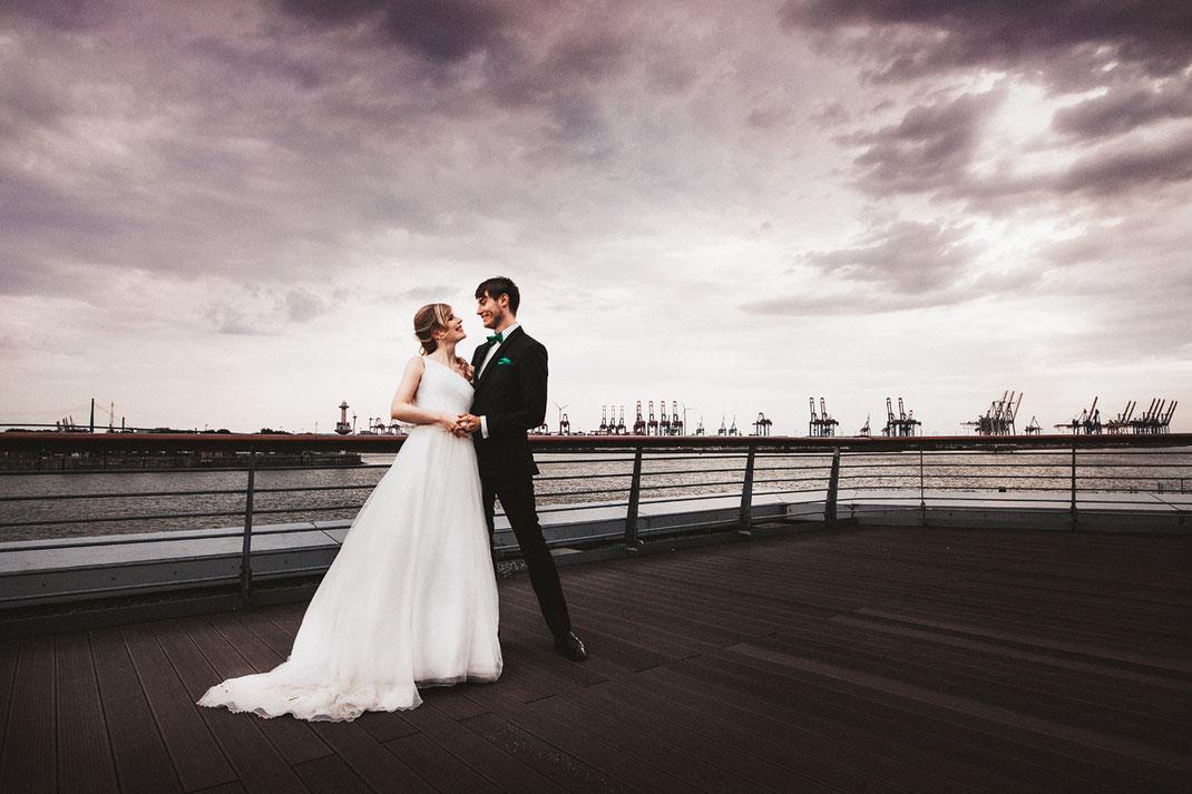 Paarfotos vor Kulisse des Hamburger Hafen