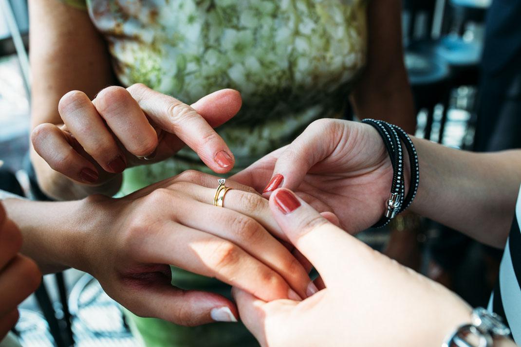 Trauring und Verlobungsring der Braut