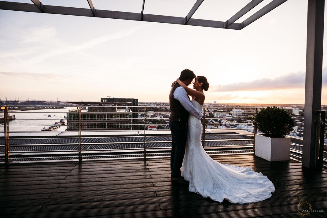 Elbpanorama Penthouse Hochzeitspaar // Foto von Hochzeitsfotografin Anne Hufnagl