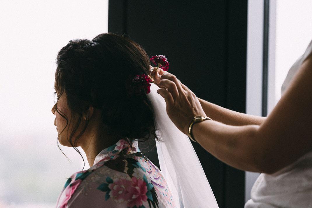 Brautfrisur mit Blumen | Brautstyling in Hamburg | Foto von Anne Hufnagl | Hochzeitsfotografin | anne@romanticshoots.de